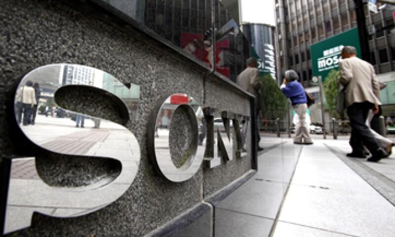 La baja en las acciones de Sony se debe a que el jueves, la empresa registró ganancias por 498 mdd, menores a las esperadas.   (Foto: AP)