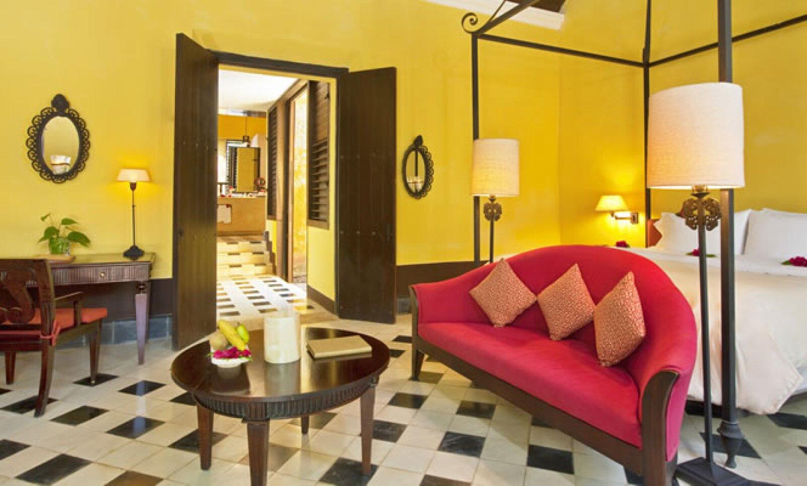 Todas las suites cuentan con techos de 5.5 metros de altura con vigas expuestas, puertas dobles de madera de 3 metros de altura, camas de hierro macizo, armarios de madera tropical oscura, pisos de losa y una piscina privada.