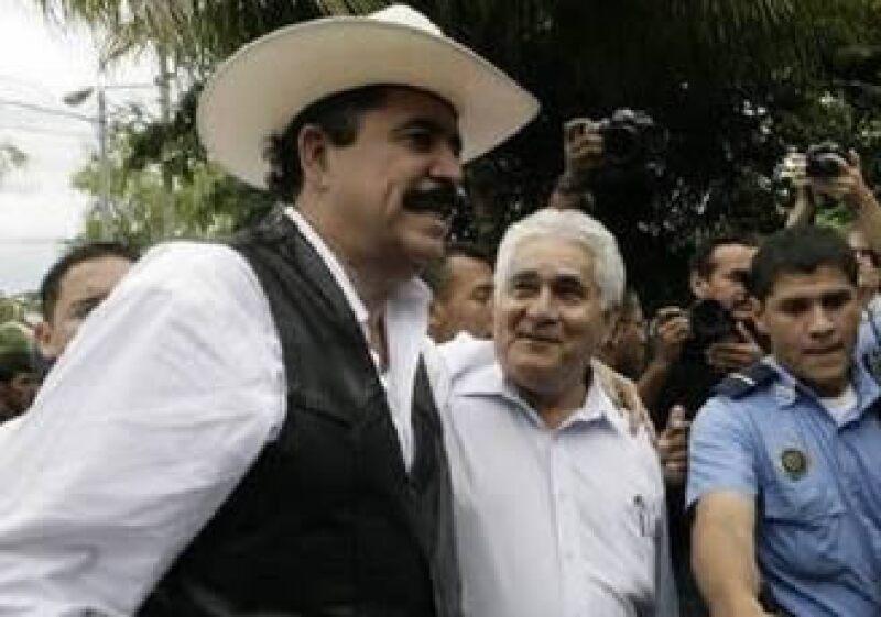 El presidente depuesto, Manuel Zelaya, se encuentra en el puesto fronterizo de Las Manos.  (Foto: AP)