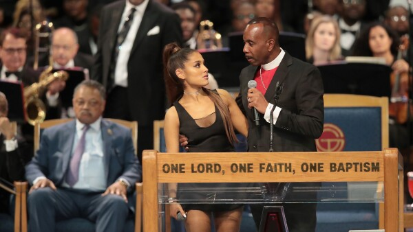 Sacerdote toca a Ariana Grande en público
