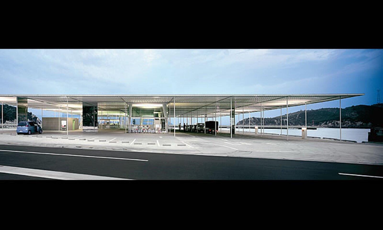 La terminal de ferry de Naoshima, Japón, refleja el interés de SANAA por lograr que sus edificios se adapten tanto al contexto en que se encuentran como a las actividades en su interior.