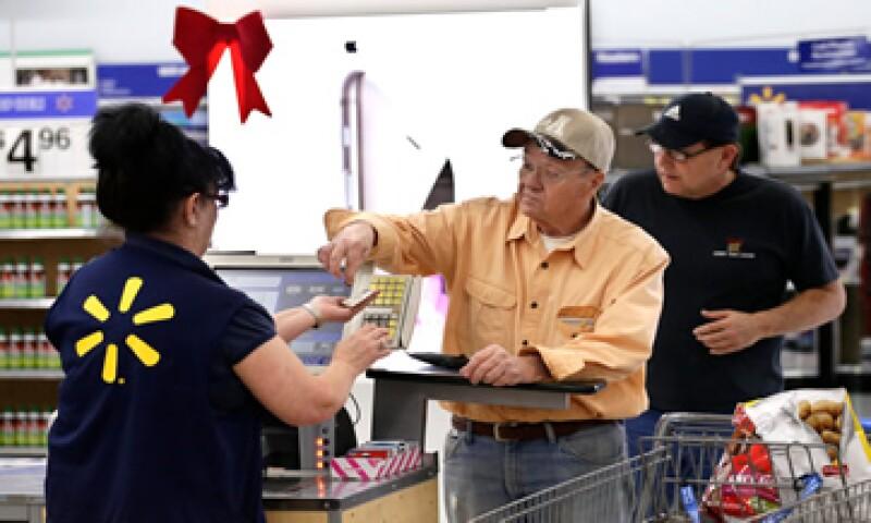 Si compras con tarjeta de débito, el tipo de cambio que se te aplica es el de ese día y aparecerá en tu estado de cuenta en pesos. (Foto: Reuters )