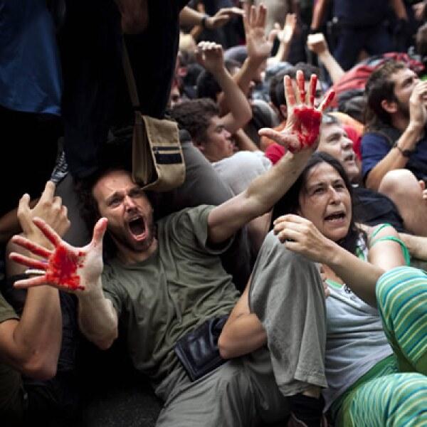 Españoles tomaron varias plazas de sus ciudades para protestar por la falta de empleo en el país, que alcanzó poco más del 40% al finalizar el año.