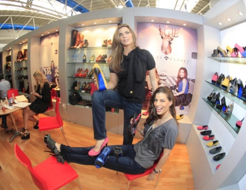 Montserrat Oliver y Bárbara Coppel lanzaron en la feria SAPICA, de León, su primera colección de zapato para dama. Ellas mismas atendieron el stand en el cual compradores de México y otros países conocieron la línea.