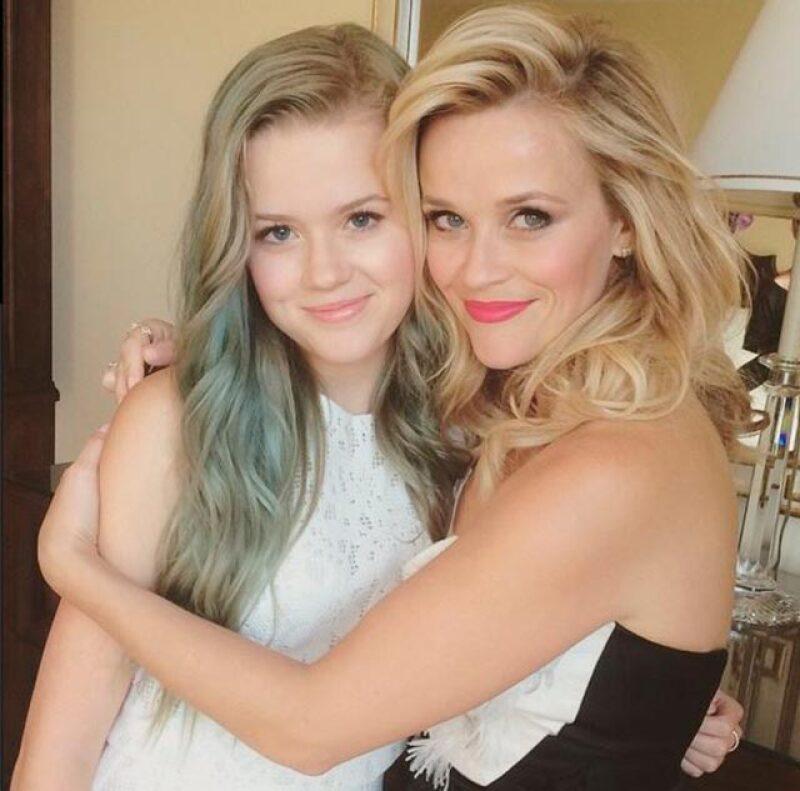 Ava Phillippe, hija de Reese Witherspoon, es una teenager a la que le gusta llenar de color y diversión su pelo, aquí la vemos lucir un tono verde deslavado.