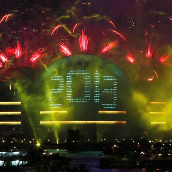 El Centro de Exposiciones de Hong Kong recibió el año nuevo con un espectáculo de fuegos artificiales.