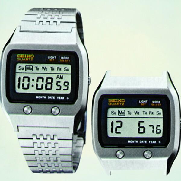 Lo llevó el agente 007 en The Spy Who Loved Me (1977). Bond podía recibir información y notificaciones del MI6 directo a su muñeca por medio de su avanzado reloj con pantalla de cristal líquido e impresora de cinta estilo ticker.