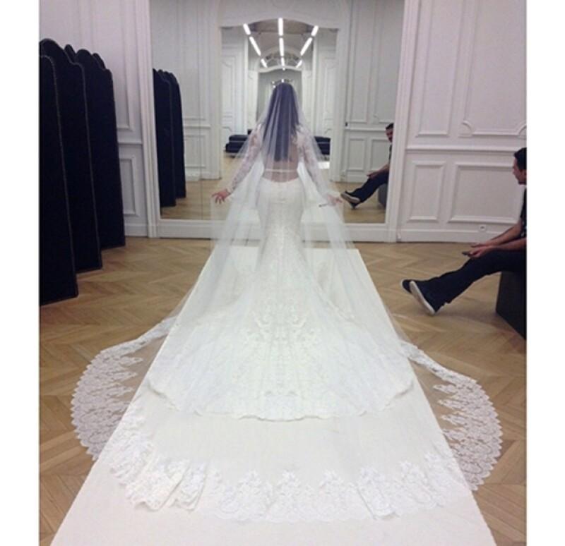 Su Givenchy Haute Couture fue uno de los detalles más vistosos en su millonaria boda con Kanye West. Agradeció en Instagram al diseñador y a la casa francesa por la espectacular prenda.