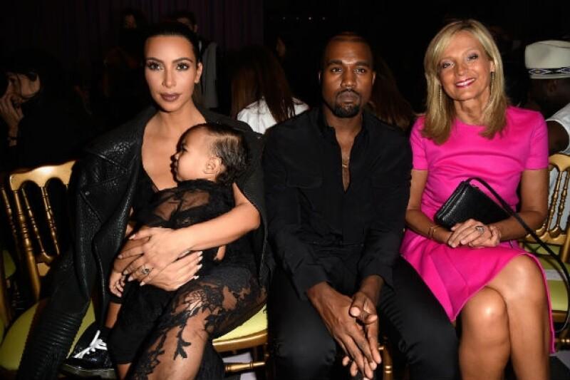 La pareja y su hija en el front row de Givenchy junto a Helene Arnault.