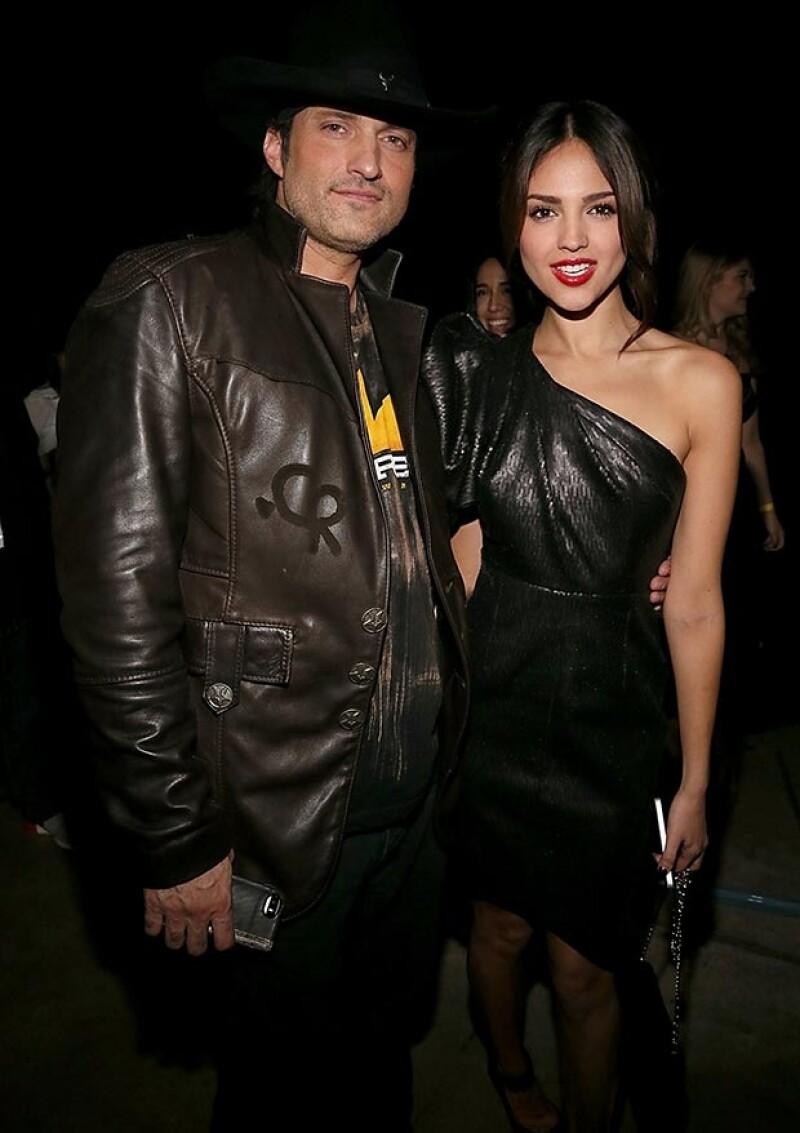 Eiza posando con Robert Rodríguez, director de la serie.