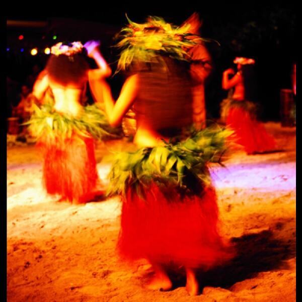 En la noche las bailarinas polinesas alegran la estancia de propios y extraños.