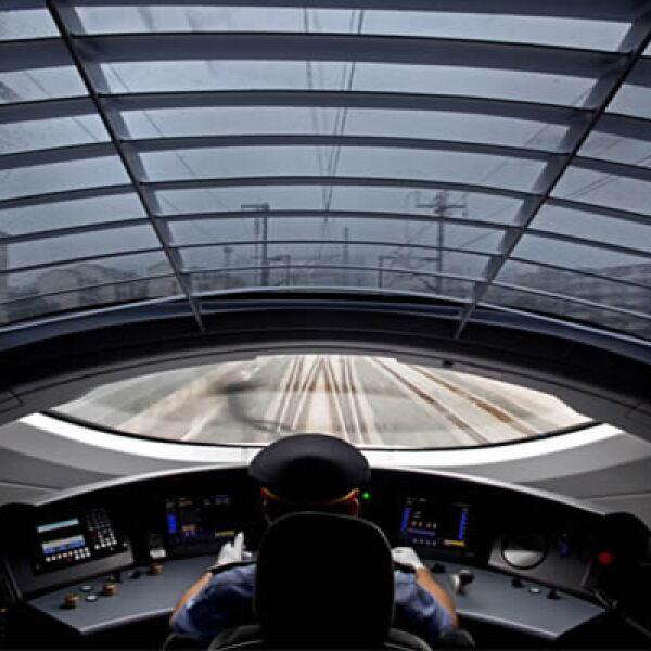 Un ingeniero debe manejar el súper tren, la velocidad promedio de viaje es de 352 kilómetros por hora.