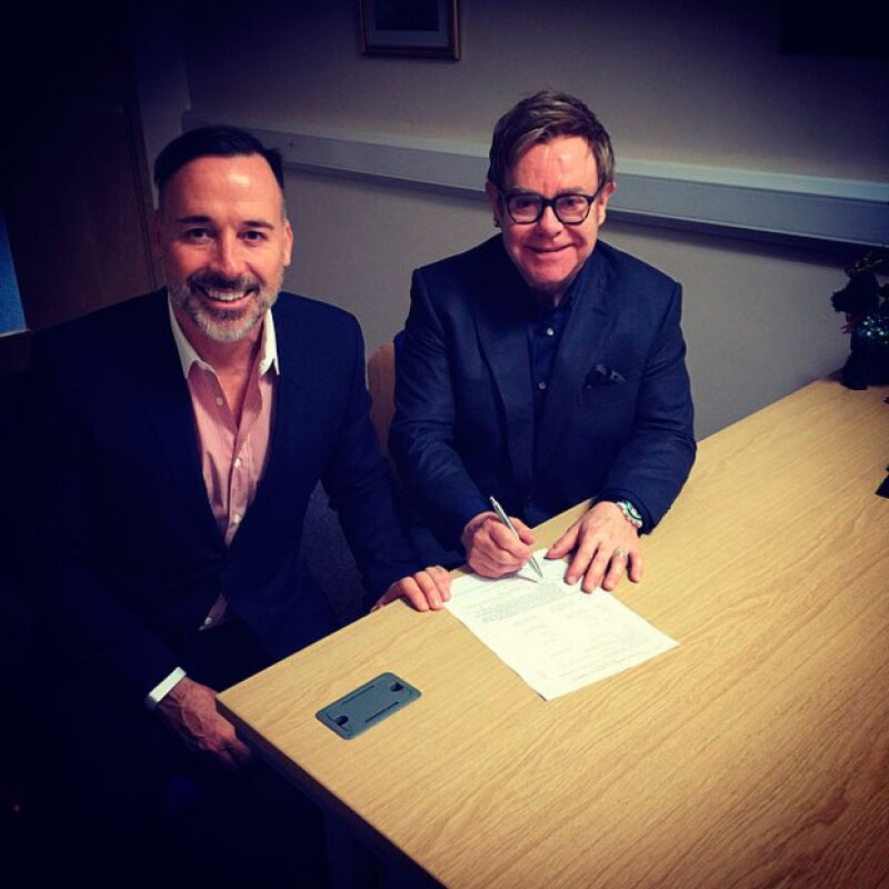 El cantante y su pareja, David Furnish, además de invitar a todo el mundo a que siguiera su boda por Instagram, han firmado ya los documentos que legalizan su unión.