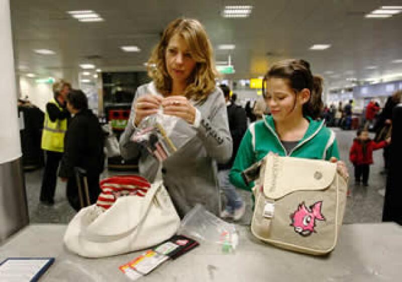 Las medidas incluyen la revisión detallada del equipaje de mano. (Foto: Reuters)