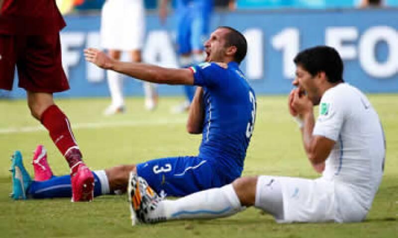 Luis Suárez mordió en el hombro al defensa italiano Giorgio Chiellini.    (Foto: Reuters)