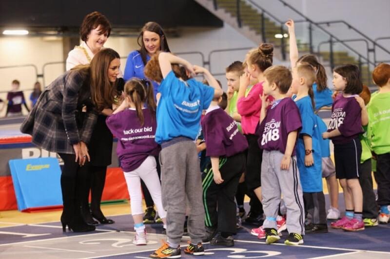Los Duques visitaron Escocia para ver los lugares donde se realizarán los Juegos del Commonwealth. Ahí, la futura mamá vistió un abrigo a cuadros que no dejó ver su pancita.