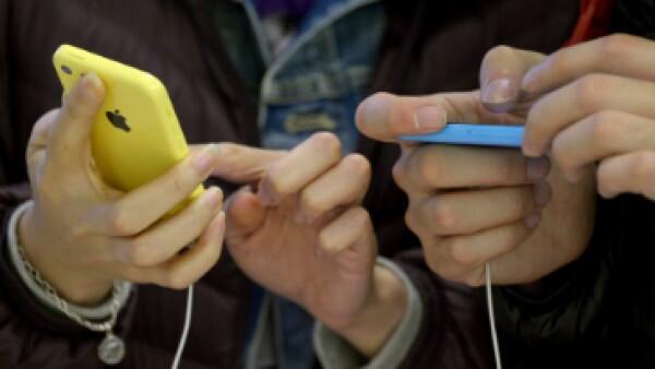 La creación de funciones en el 'smartphone' para dar al usuario lo que desea, una de las grandes batallas de las tecnológicas (Foto: EFE/Archivo )