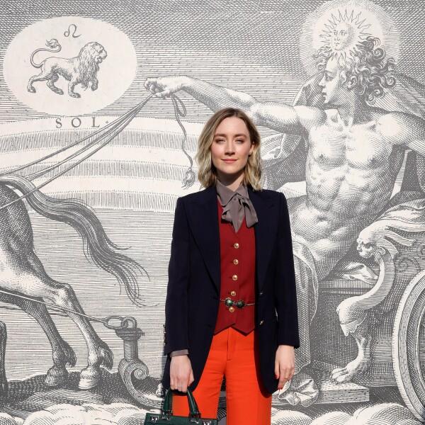 Saoirse Ronan llega al desfile de Gucci en un look total de la marca confirmando que es experta en jugar con la paleta de colores otoñales