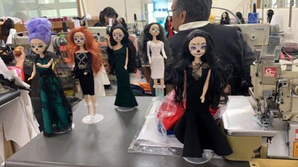 Recrean vestido de Beatriz Gutiérrez para una muñeca 6.jpg