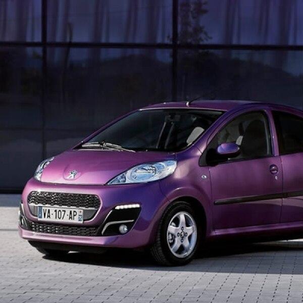 La firma francesa posiciona a este modelo como el primer automóvil dentro del sector joven, con colores llamativos como el morado, rojo y verde.