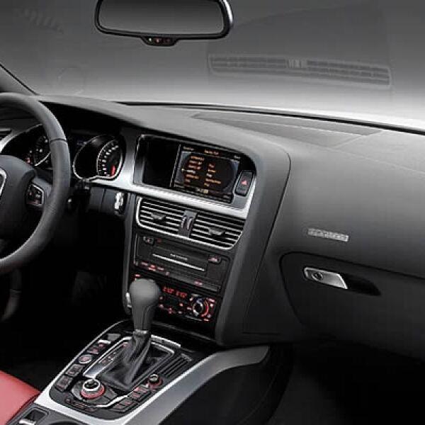 El interior es muy silencioso y cómodo, y su diseño es convencional y tradicional, pero con nuevas incorporaciones como el lector de tarjetas SD y entrada auxiliar MP3.