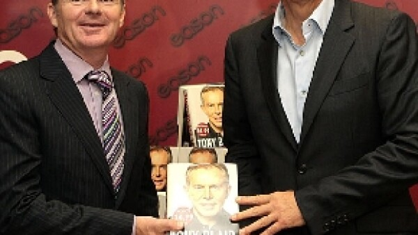 Manifestantes antibélicos se valieron de todo para protestar contra el ex primer ministro británico cuando llegó a autografiar su libro &#39A Journey&#39.