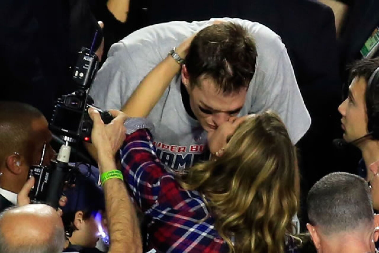 Tras apoyarlo en todo momento durante el encuentro Gisele corrió a felicitar a su esposo por coronarse como campeón del Super Bowl número 49.