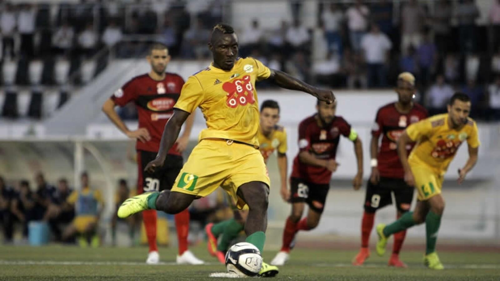 el futbolista Albert Ebossé murió tras  tras ser impactado por un proyectil lanzado desde las gradas en un partido de la liga de Argel, capital de Argelia