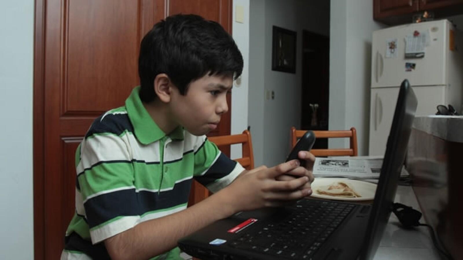 Luis Roberto Ramirez Alvarez, niño genio michoacano en un laptop