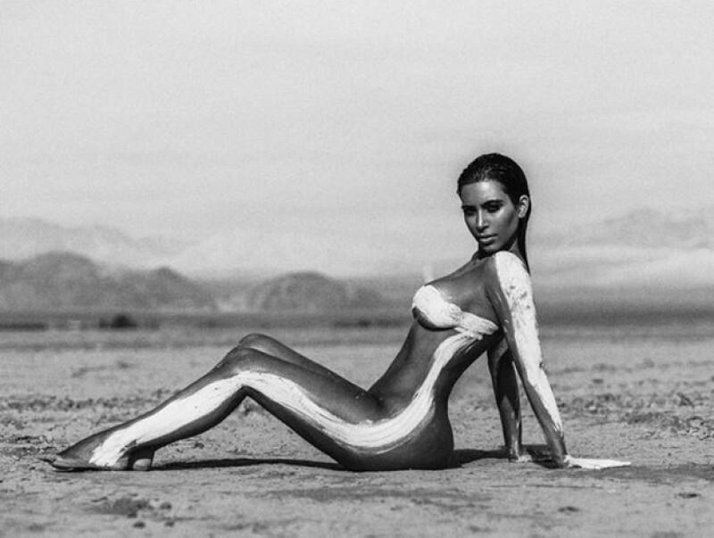 La estrella de reality publicó en Instagram varias fotos sexys tomadas en el desierto, las cuales presentan edición en comparación con el making off del mismo shooting.