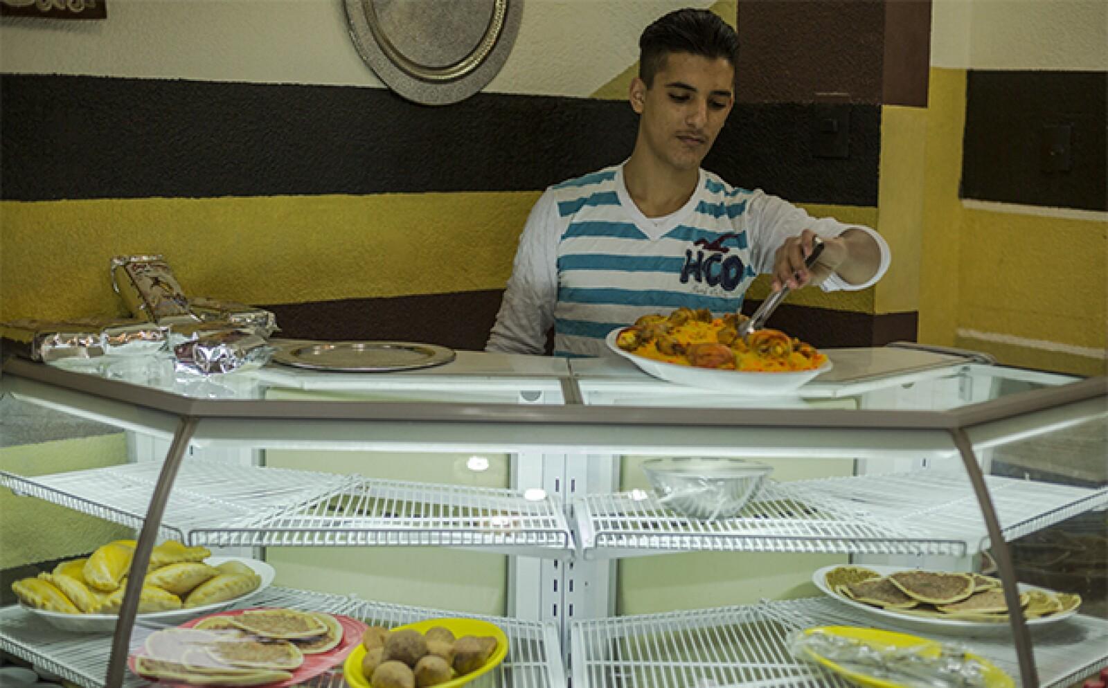 Ofrece una variedad de comida típica y bebidas árabes elaborados por la familia.