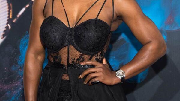 Como pocas veces, la famosa tenista se dejó ver en la gala anual de Sports Illustrated con un vestido de transparencias. ¿Qué opinas de su look?