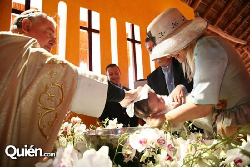 Durante el bautizo de su hija Valentina, la primera de su matrimonio.