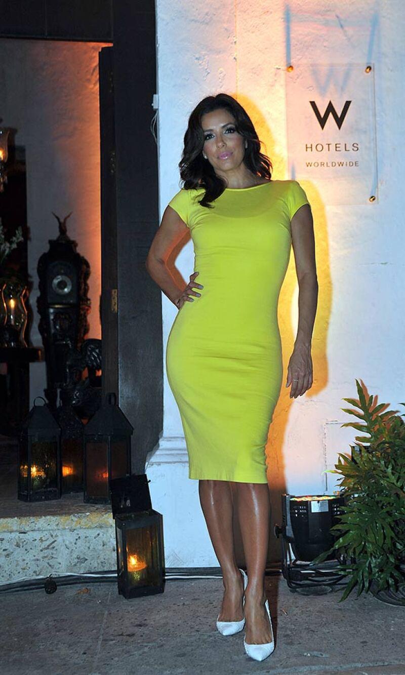 La actriz lució sexy en un ceñido vestido amarillo fosforecente.
