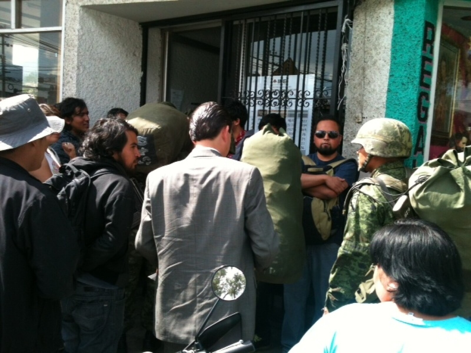 #Yosoy132 protesta ante sede del ife en Pachuca