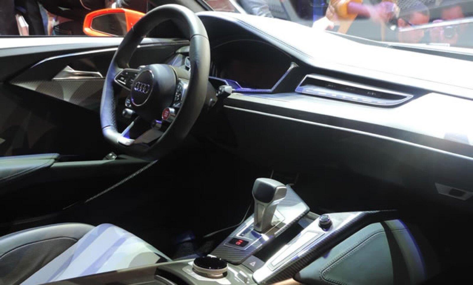 Además de la  capacidad electrónica, el nuevo Audi destaca por su carrocería, de más de 1,800 kilos, que está compuesta por aluminio y plástico reforzado con fibra de carbono.