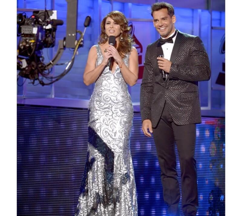 La cantante y actriz fue la conductora durante la entrega número trece que premia a lo mejor de la música, durante el show la vimos con diferentes looks.