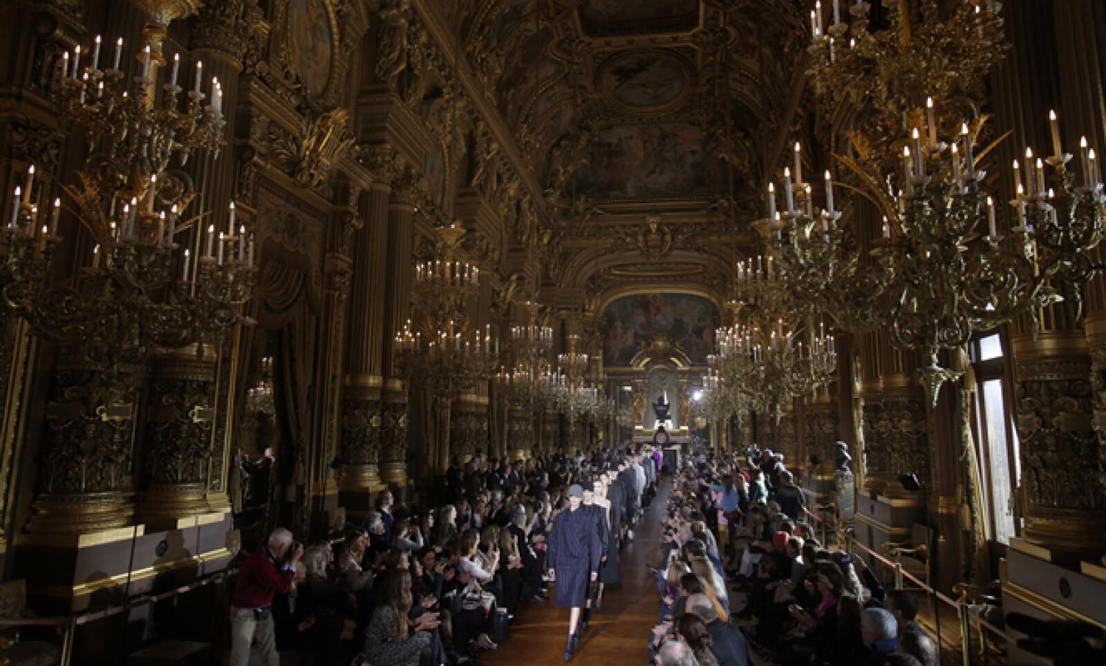 - La diseñadora británica presentó su colección de otoño-invierno en la Opera Garnier de París.
