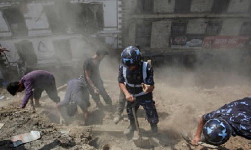 Autoridades y voluntarios buscan sobrevivientes bajo los escombros. (Foto: Reuters)