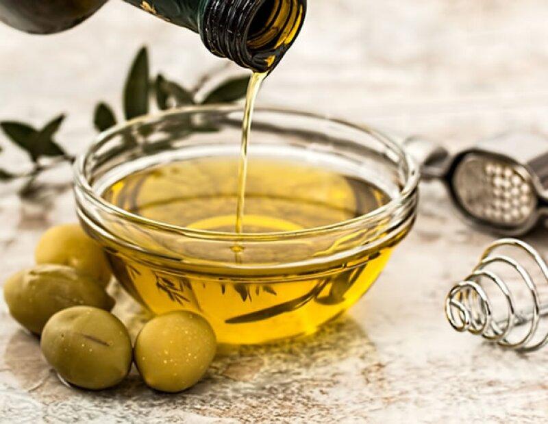 Puedes usar el aceite de oliva en el pelo, la piel, las uñas y hasta los labios.