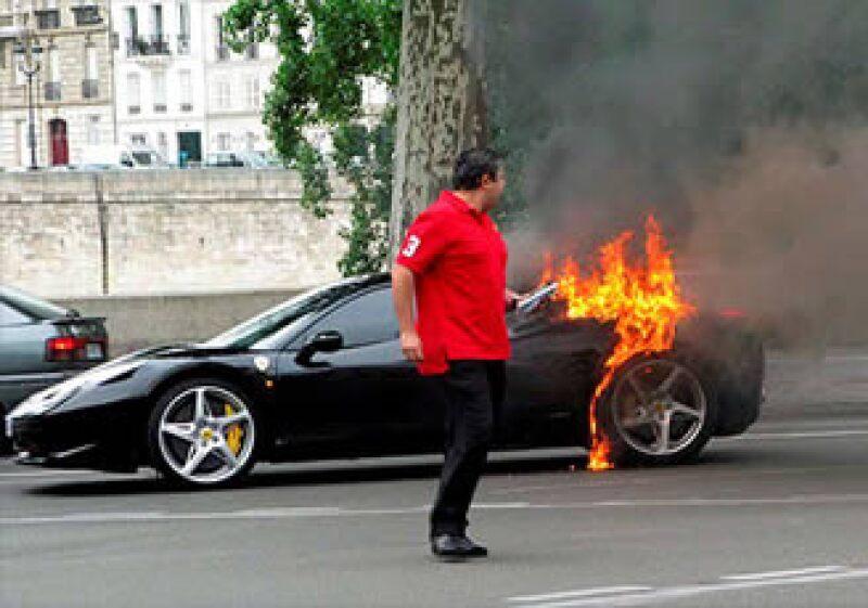 Hasta la firma de automóviles de lujo fue víctima de las fallas que han obligado a otras automotrices a hacer retiros y revisiones. (Foto: Cortesía CNNMoney)