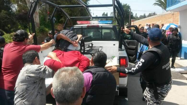 Los habitantes lograron la detención de dos supuestos delincuentes; exigían quemarlos vivos.