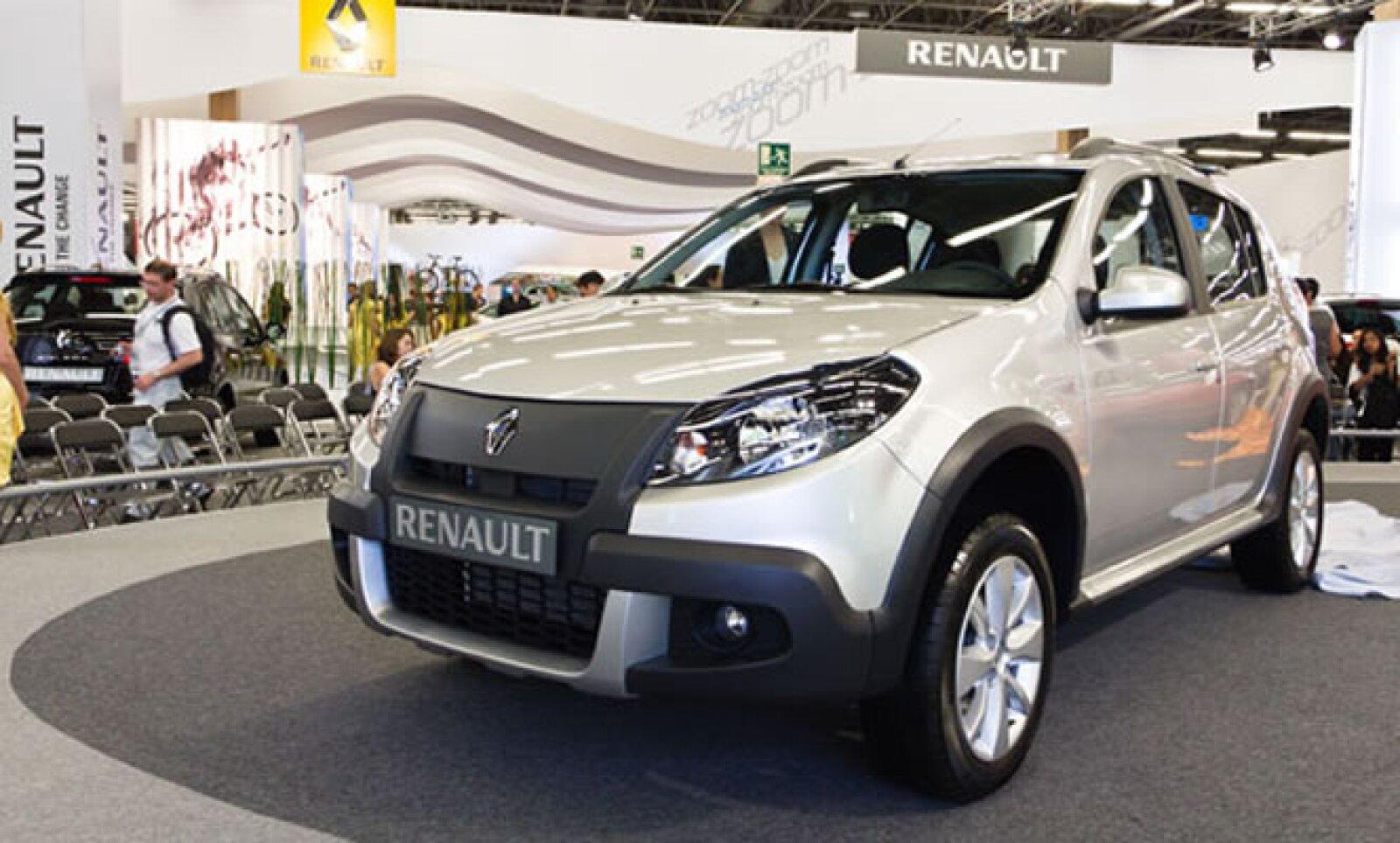 Al igual que su hermano menor, el Sandero, el Renault Stepway recibe un facelift para su modelo 2012. Ahora, encontramos un frente más agresivo y masculino que definitivamente le hace lucir diferente a su antecesor.