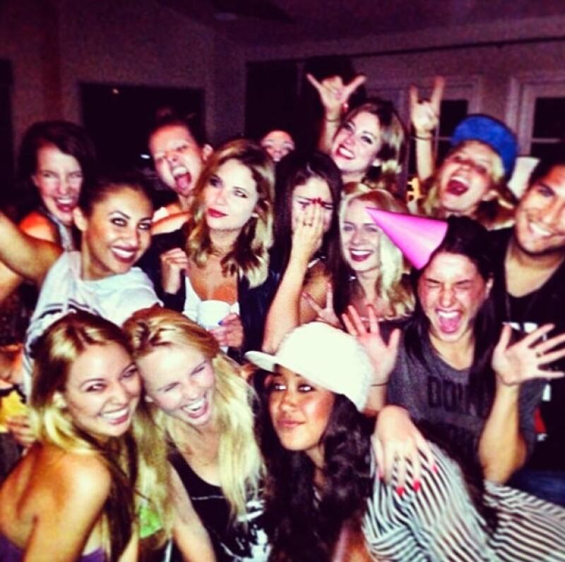 La cantante y actriz celebró en compañía de sus amigos, entre ellos Ashley Benson, haber cumplido 21 años, edad legal para beber y entrar a clubs nocturnos en Estados Unidos.