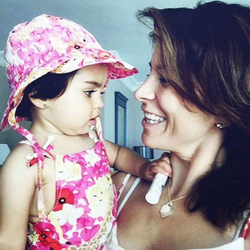 La pequeña lució un tierno traje de baño al de su mamá.