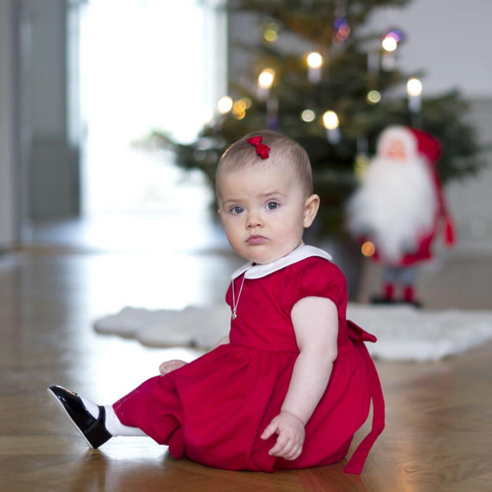 La casa real emitió esta imagen conmemorativa de Estelle en Navidad.