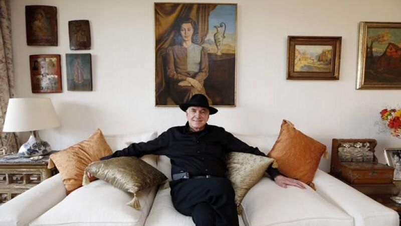 el escritor ofrece una entrevista en casa de sus suegros