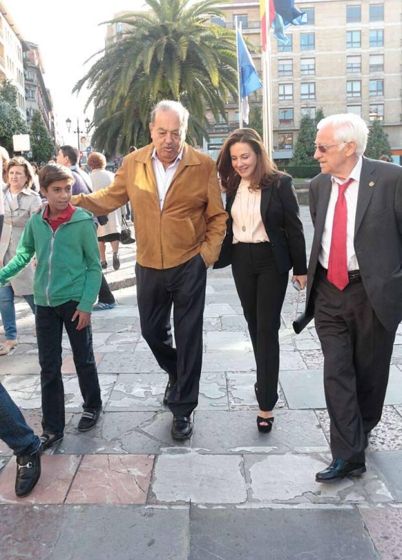 Tomada del brazo de Carlos, Ximena caminó junto con su abuelo adoptivo por España.