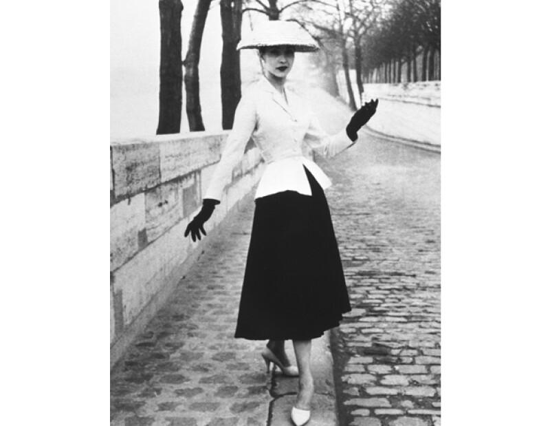 En 1947, Christian Dior presentó el estilo Corelle, más tarde bautizado como New Look. Fue en su desfile debut de alta costura que también dio a conocer la fragancia, Miss Dior, convirtiéndose en el primer Couturier/Parfumer.