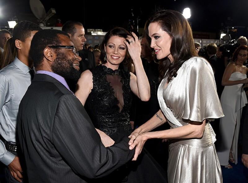 Angelina Jolie se veía sonriente y feliz de convivir con colegas de cine durante la ceremonia de premios.